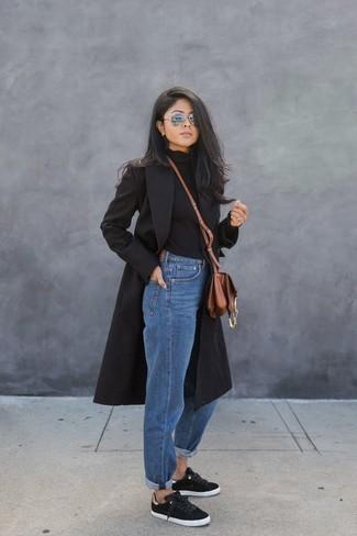 Combinar unas gafas de sol grises en clima frío: Intenta ponerse un abrigo negro y unas gafas de sol grises transmitirán una vibra libre y relajada. Tenis negros son una opción muy buena para complementar tu atuendo.