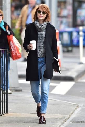 Cómo combinar: zapatos con doble hebilla de cuero burdeos, vaqueros boyfriend celestes, jersey de cuello alto de lana gris, abrigo negro