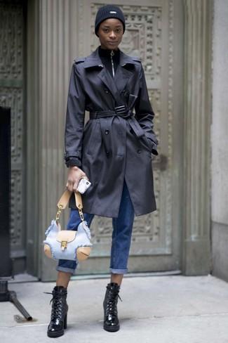 Outfits mujeres estilo casual elegante: Empareja una gabardina negra junto a unos vaqueros boyfriend azules para un look diario sin parecer demasiado arreglada. ¿Te sientes valiente? Usa un par de botines con cordones de cuero negros.