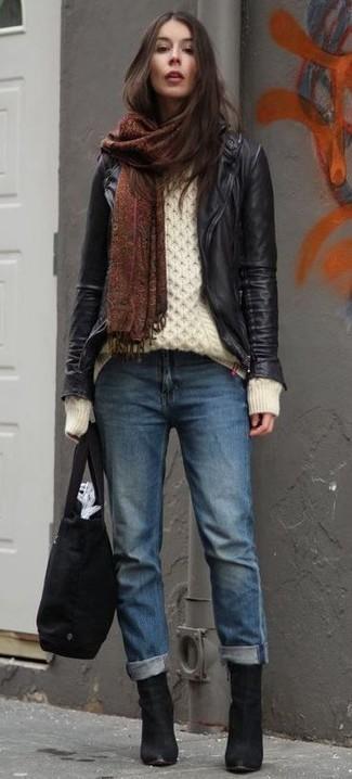 Cómo combinar: botines de ante negros, vaqueros boyfriend azules, jersey de ochos blanco, chaqueta motera de cuero negra