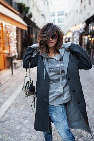 Cómo combinar: bolso bandolera de cuero en beige, vaqueros boyfriend desgastados azules, sudadera con capucha de camuflaje gris, abrigo en gris oscuro