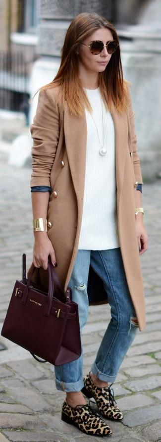 Cómo combinar: zapatos derby de pelo de becerro de leopardo en beige, vaqueros boyfriend desgastados celestes, túnica de punto blanca, abrigo marrón claro