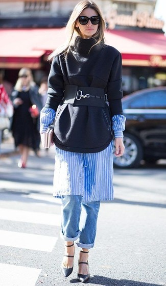 Cómo combinar: zapatos de tacón de cuero negros, vaqueros boyfriend azules, vestido camisa de rayas verticales en blanco y azul, sudadera negra