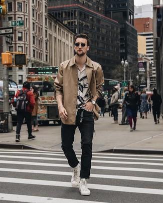 Cómo combinar: zapatillas altas blancas, vaqueros desgastados negros, camisa de manga corta con print de flores en blanco y negro, chaqueta estilo camisa marrón claro