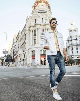 Combinar una chaqueta vaquera blanca: Casa una chaqueta vaquera blanca con unos vaqueros azul marino para cualquier sorpresa que haya en el día. Tenis de lona blancos son una opción excelente para complementar tu atuendo.