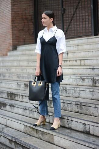 Cómo combinar: zapatos de tacón de cuero en negro y marrón claro, vaqueros azules, camisa de manga corta blanca, vestido camisola de seda negro