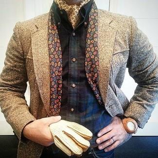Cómo combinar: bandana amarilla, vaqueros azul marino, camisa de manga larga de tartán en azul marino y verde, abrigo largo marrón