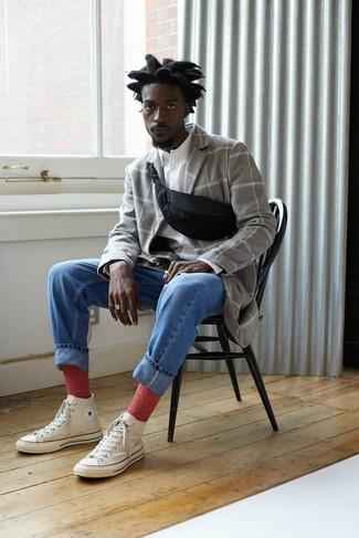 Cómo combinar: zapatillas altas de lona blancas, vaqueros azules, camisa de manga larga blanca, abrigo largo a cuadros gris