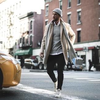 Cómo combinar: zapatillas altas de cuero blancas, vaqueros negros, camisa de manga larga blanca, abrigo largo en beige