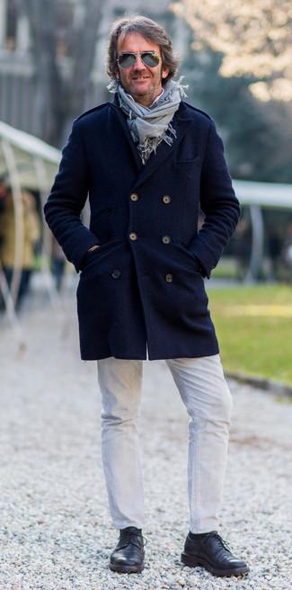 Cómo combinar: zapatos derby de cuero negros, vaqueros blancos, camisa de manga larga blanca, abrigo largo azul marino