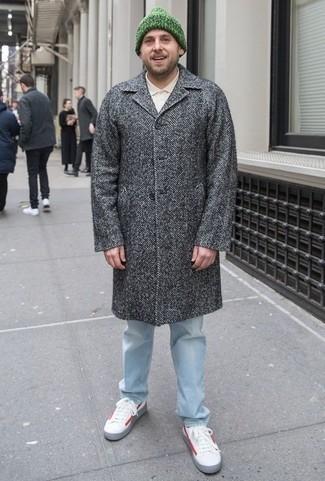 Combinar un abrigo largo de espiguilla gris: Utiliza un abrigo largo de espiguilla gris y unos vaqueros celestes para lograr un look de vestir pero no muy formal. ¿Quieres elegir un zapato informal? Elige un par de tenis de cuero en blanco y rojo para el día.