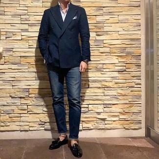 Cómo combinar: mocasín con borlas de cuero negro, vaqueros azul marino, camisa de manga larga de rayas verticales blanca, blazer cruzado azul marino