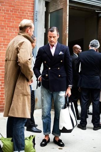 Cómo combinar: mocasín de ante negro, vaqueros desgastados azules, camisa de manga larga rosada, blazer cruzado azul marino
