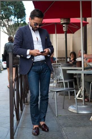 Look de moda: Mocasín de cuero burdeos, Vaqueros azul marino, Camisa de manga larga blanca, Blazer azul marino