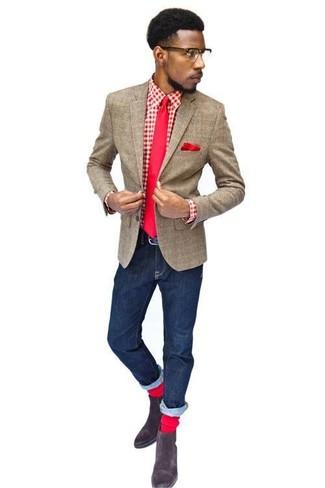 Look de moda: Botines chelsea de ante en marrón oscuro, Vaqueros azul marino, Camisa de manga larga de cuadro vichy en rojo y blanco, Blazer de lana a cuadros marrón