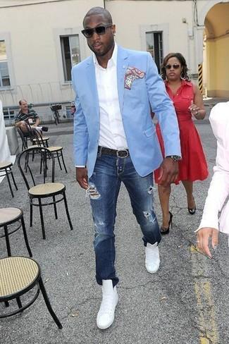 Cómo combinar: zapatillas altas de cuero blancas, vaqueros desgastados azul marino, camisa de manga larga blanca, blazer celeste