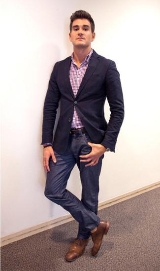 Look de moda: Zapatos brogue de cuero marrónes, Vaqueros azul marino, Camisa de manga larga de cuadro vichy en multicolor, Blazer azul marino