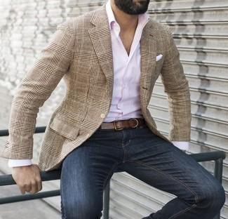 Cómo combinar: pañuelo de bolsillo blanco, vaqueros azul marino, camisa de manga larga rosada, blazer de tartán marrón claro