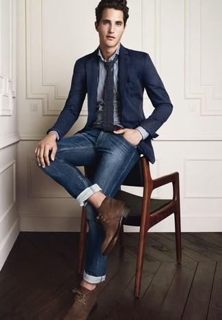 Look de moda: Botas safari de ante en marrón oscuro, Vaqueros azul marino, Camisa de manga larga de rayas verticales blanca, Blazer azul marino