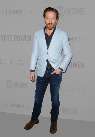 Cómo combinar: botines chelsea de ante en marrón oscuro, vaqueros azul marino, camisa de manga larga azul marino, blazer celeste