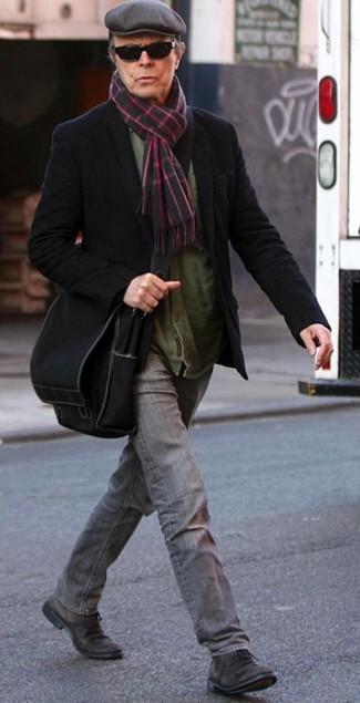 Cómo combinar: zapatos derby de ante en marrón oscuro, vaqueros grises, camisa de manga larga verde oliva, blazer de lana negro