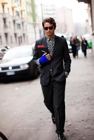 Cómo combinar: zapatos derby de cuero negros, vaqueros de pana negros, camisa de manga larga de leopardo en blanco y negro, blazer negro