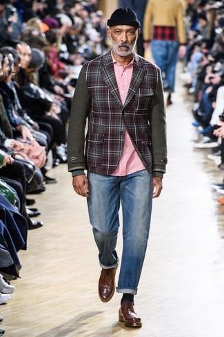 Cómo combinar: zapatos brogue de cuero marrónes, vaqueros azules, camisa de manga larga rosada, blazer de lana a cuadros burdeos