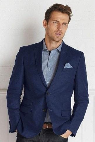 Cómo combinar: pañuelo de bolsillo a lunares celeste, vaqueros negros, camisa de manga larga gris, blazer de lana azul marino