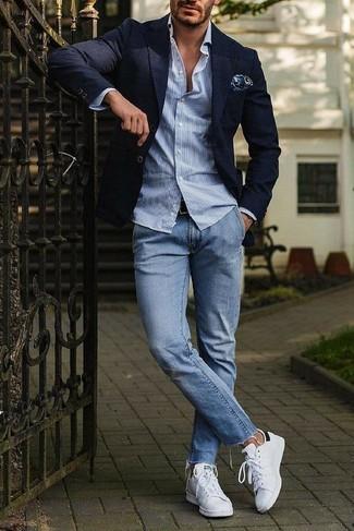 Cómo combinar: tenis de cuero blancos, vaqueros celestes, camisa de manga larga de rayas verticales celeste, blazer azul marino