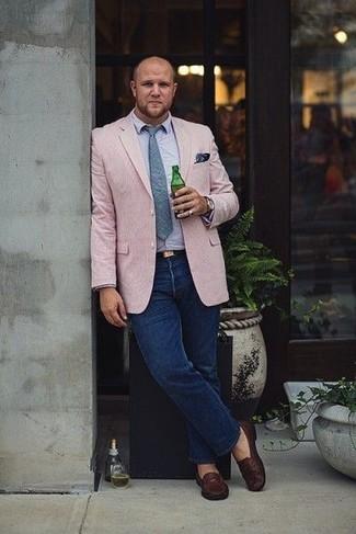 Combinar un pañuelo de bolsillo estampado azul marino: Ponte un blazer rosado y un pañuelo de bolsillo estampado azul marino transmitirán una vibra libre y relajada. ¿Te sientes valiente? Usa un par de mocasín de cuero en marrón oscuro.