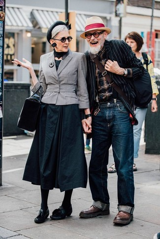 Cómo combinar: botas brogue de cuero marrónes, vaqueros azul marino, camisa de manga larga de tartán negra, blazer de rayas verticales en negro y blanco