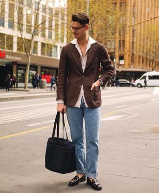 Cómo combinar: mocasín de cuero en marrón oscuro, vaqueros celestes, camisa de manga larga blanca, blazer de lana en marrón oscuro