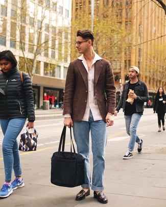 Combinar un blazer de lana marrón: Considera ponerse un blazer de lana marrón y unos vaqueros celestes para crear un estilo informal elegante. ¿Te sientes valiente? Opta por un par de mocasín de cuero en marrón oscuro.