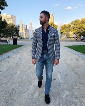 Cómo combinar: mocasín de ante negro, vaqueros azules, camisa de manga larga azul marino, blazer de cuadro vichy azul marino