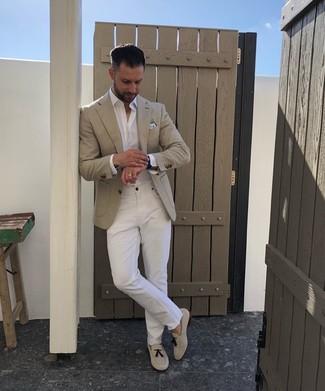 Cómo combinar: mocasín con borlas de ante en beige, vaqueros blancos, camisa de manga larga blanca, blazer en beige
