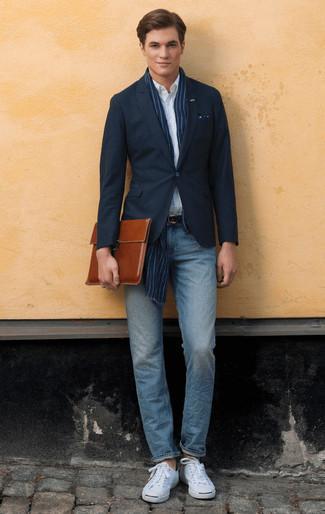 Combinar un portafolio de cuero marrón: Para un atuendo tan cómodo como tu sillón intenta ponerse un blazer azul marino y un portafolio de cuero marrón. Haz tenis de lona blancos tu calzado para mostrar tu inteligencia sartorial.