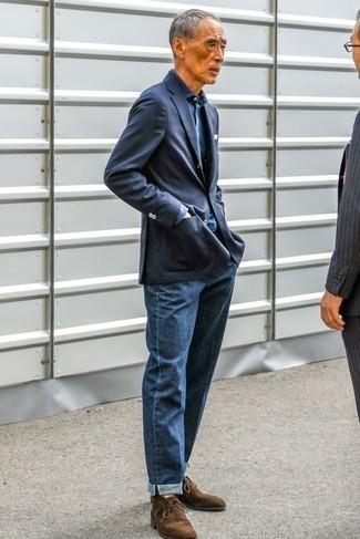 Moda para hombres de 60 años: Intenta combinar un blazer azul marino con unos vaqueros azul marino para crear un estilo informal elegante. Botas safari de ante en marrón oscuro son una opción perfecta para complementar tu atuendo.