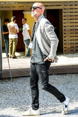 Combinar unos vaqueros desgastados negros: Para un atuendo que esté lleno de caracter y personalidad ponte un blazer de lino gris y unos vaqueros desgastados negros. Tenis de cuero en blanco y negro son una opción excelente para complementar tu atuendo.