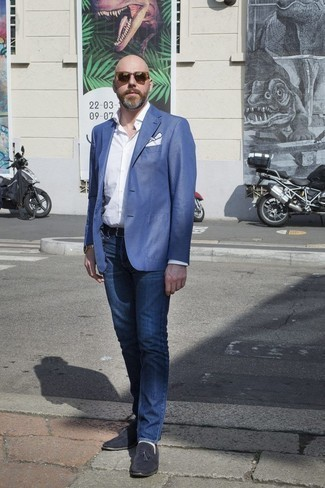 Combinar unos vaqueros con un mocasín con borlas: Considera emparejar un blazer azul junto a unos vaqueros para lograr un look de vestir pero no muy formal. Usa un par de mocasín con borlas para mostrar tu inteligencia sartorial.