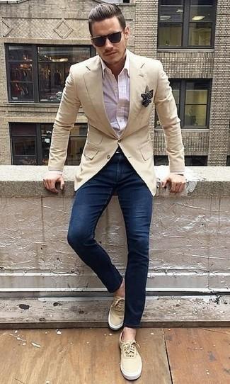 Combinar un pañuelo de bolsillo a lunares en negro y blanco: Empareja un blazer en beige junto a un pañuelo de bolsillo a lunares en negro y blanco para un look agradable de fin de semana. ¿Te sientes valiente? Usa un par de tenis de lona en beige.