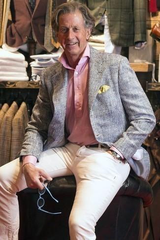 Combinar un blazer de espiguilla gris: Para un atuendo que esté lleno de caracter y personalidad ponte un blazer de espiguilla gris y unos vaqueros blancos.