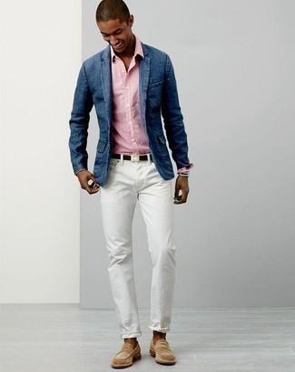 Combinar un mocasín de ante en beige: Si buscas un estilo adecuado y a la moda, haz de un blazer vaquero azul y unos vaqueros blancos tu atuendo. Agrega mocasín de ante en beige a tu apariencia para un mejor estilo al instante.