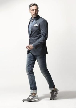 Combinar un blazer en gris oscuro: Usa un blazer en gris oscuro y unos vaqueros azul marino para lograr un look de vestir pero no muy formal. Si no quieres vestir totalmente formal, complementa tu atuendo con deportivas grises.