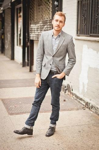 Combinar un blazer gris: Considera ponerse un blazer gris y unos vaqueros azul marino para las 8 horas. Botas casual de cuero en gris oscuro son una opción buena para complementar tu atuendo.