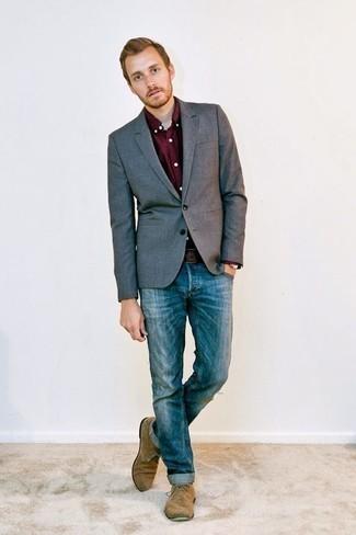 Combinar un blazer gris: Empareja un blazer gris con unos vaqueros azules para lograr un estilo informal elegante. Botas safari de ante marrón claro son una opción estupenda para complementar tu atuendo.