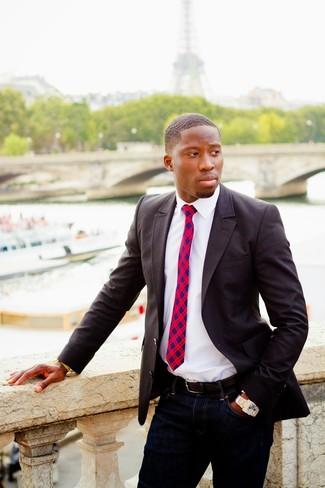 Cómo combinar: corbata de tartán en rojo y azul marino, vaqueros azul marino, camisa de manga larga blanca, blazer en gris oscuro