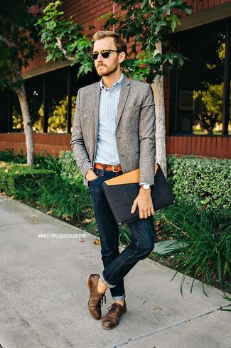 Look de moda: Zapatos oxford de cuero en marrón oscuro, Vaqueros azul marino, Camisa de manga larga de rayas verticales celeste, Blazer de lana gris