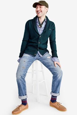 Cómo combinar: náuticos de cuero marrón claro, vaqueros desgastados celestes, camisa de manga larga de rayas verticales en blanco y azul, cárdigan con cuello chal verde oscuro