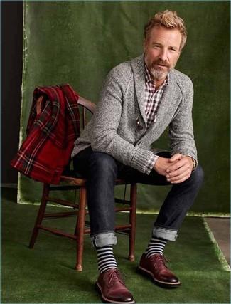 Cómo combinar: zapatos derby de cuero burdeos, vaqueros azul marino, camisa de manga larga de cuadro vichy burdeos, cárdigan con cuello chal gris