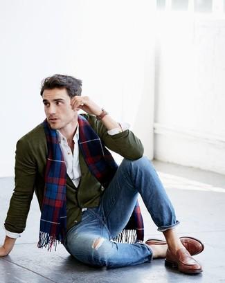 Cómo combinar: mocasín de cuero marrón, vaqueros desgastados azules, camisa de manga larga blanca, cárdigan verde oliva